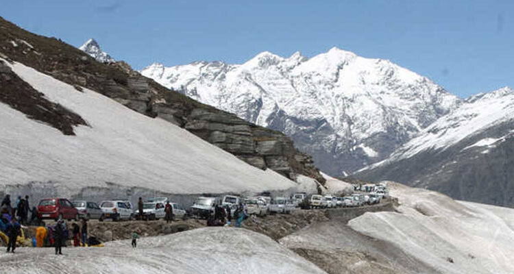 Fleecing of Tourists Continues at Rohtang Pass