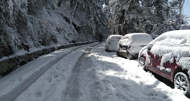 Himachal CM reviews situation arising due to heavy snowfall